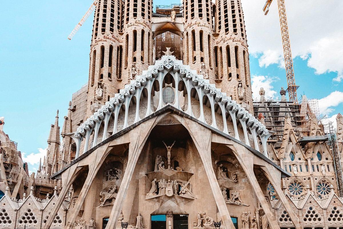 Catenarias-en-la-fachada-de-la-Pasion-Basílica-de-la-Sagrada-Familia-de-Gaudí-arquitectura